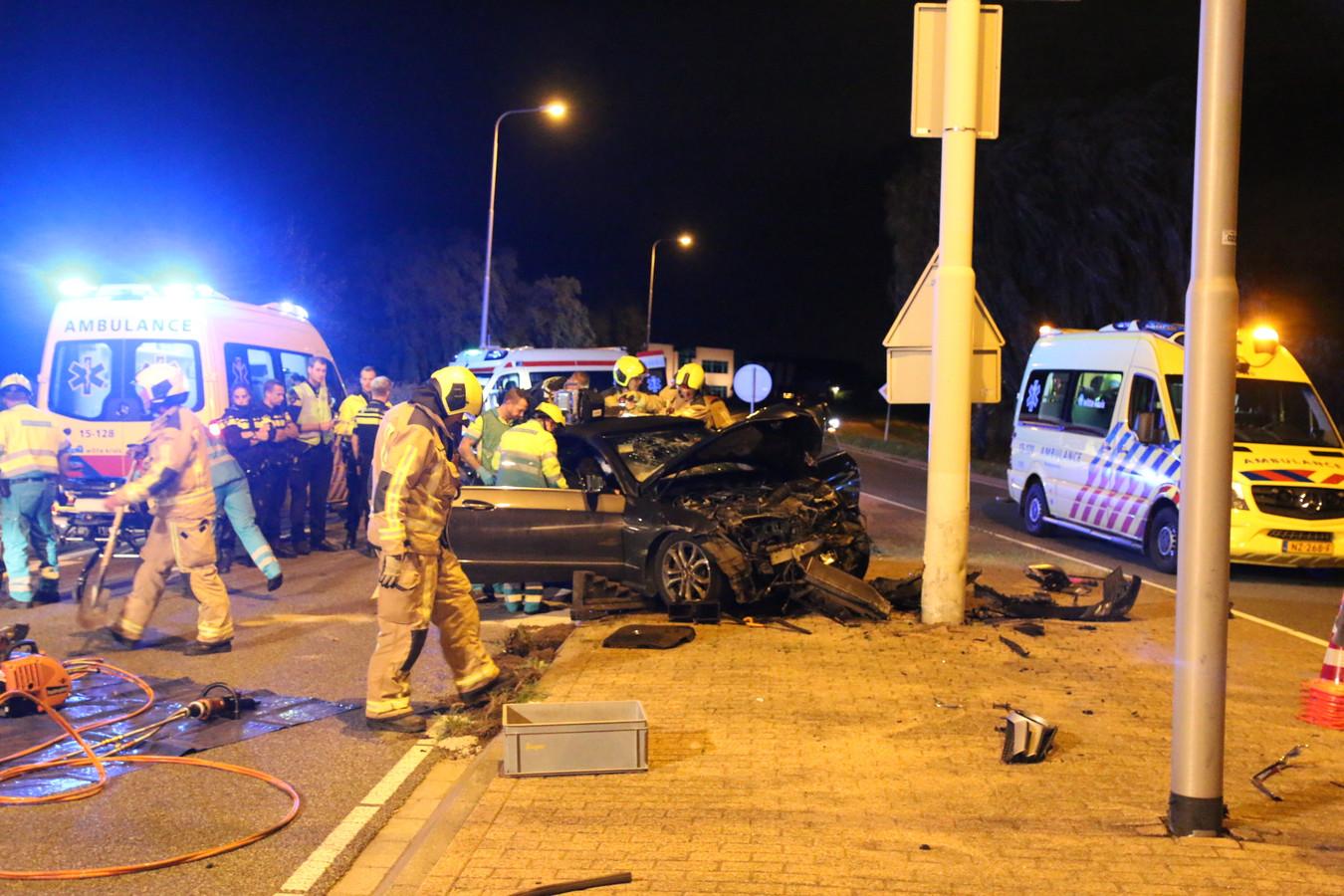 Het ongeluk waarbij Oussama E. op de Burgemeester Elsenweg in Honselersdijk op een lantaarnpaal botste.