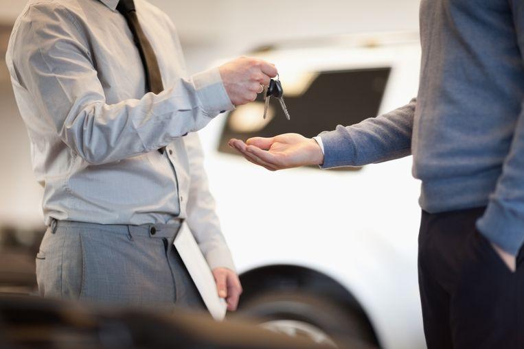 Een auto kopen is er de laatste jaren niet makkelijker op geworden. Een auto moet je kopen met je gezond verstand, maar het is toch vaak een kwestie van welk model we het leukst vinden. We worden in de showroom te snel overdonderd door alle blinkende bolides dat we vergeten dat er ook gebreken zijn aan elke auto. Wij zetten tien zaken op een rij waarop je moet letten als je een nieuwe auto koopt.
