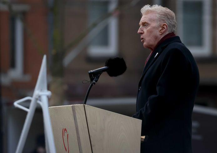 André van Duin houdt een toespraak tijdens de Nationale Dodenherdenking op de Dam. De bewoners van de Watergeusstraat, waar hij ooit opgroeide, zijn trots op hem.