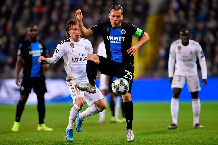 Club Brugge-aanvoerder Ruud Vormer controleert de bal voor de jagende Luka Modric van Real Madrid. Club verdiende dit seizoen ongeveer 28 miljoen euro in de UEFA Champions League. Beeld AFP
