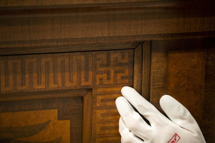 Museummedewerkers zetten het dressoir dat aan Hitler toebehoorde in elkaar.