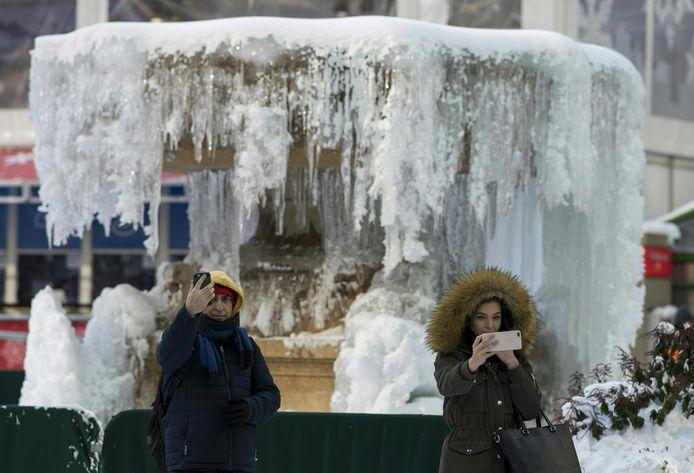Een bevroren fontein in Bryant Park in New York.