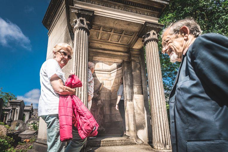 Gisteren al kwam een handvol toeristen het graf bezoeken, voor het geval vandaag de zon niet schijnt. Beeld Jan Aelberts