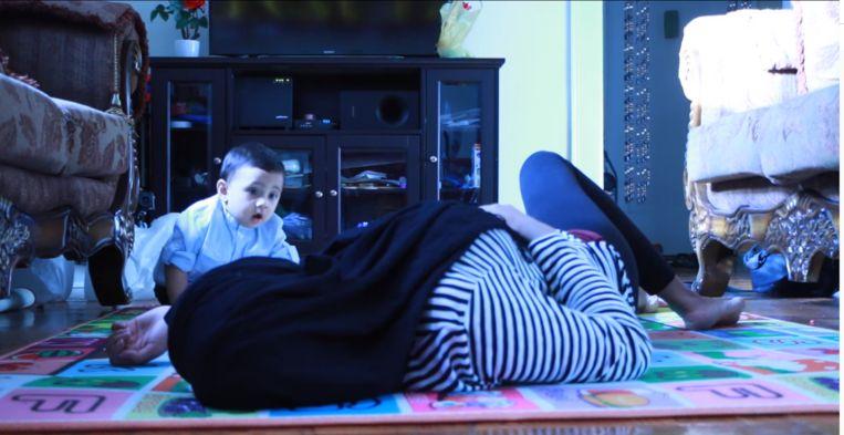 In deze video 'sterft' de moeder van het kind.