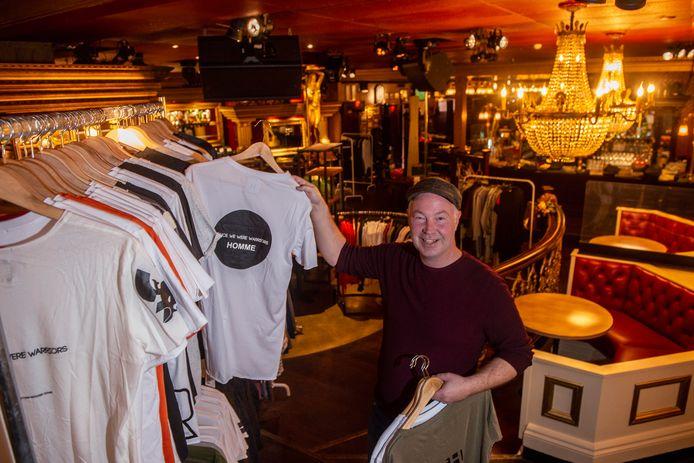 Jacco Talen heeft zijn café De Babbel omgetoverd tot kledingoutlet.
