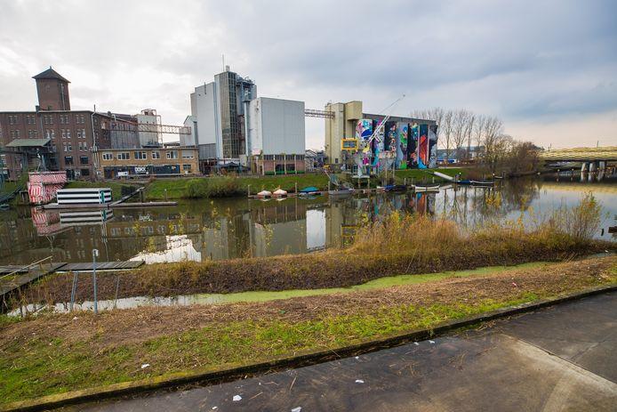 Een deel van de Bossche Stadsdelta vanaf Orthenpoort-Zuid. Met aan de  overzijde de Tramkade en rechts achter de bomen het voormalige postcentrum waar ook 800 woningen moeten komen.