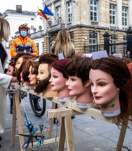 """""""Alexander De Crolle"""", """"Sophie Wilmèche"""", """"Georges-Louis Brushing"""": des coiffeurs devant le parlement fédéral pour réclamer la TVA à 6%"""