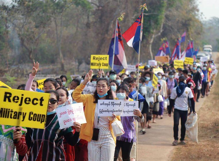 Demonstranten uit het gebied Karen in Myanmar protesteren tegen de coup. Beeld EPA