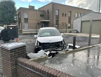 Automobiliste botst tegen muurtje in voortuin langs N8 in Avelgem