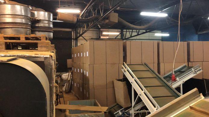 In een loods in Dronten heeft de FIOD bijna 55.000 kilo illegale tabak in beslag genomen. Acht mensen werden bij de inval aangehouden.