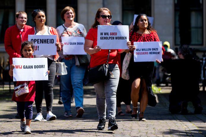 Gedupeerde ouders van de toeslagenaffaire lieten meerdere malen van zich horen in Den Haag waar de affaire in de Tweede Kamer werd gesproken.