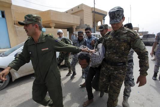 De Irakeese strijdmacht voert een IS-strijder af
