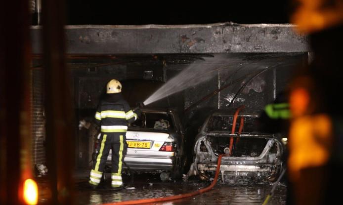 Twee auto's in vlammen op bij vermoedelijke brandstichting Oss