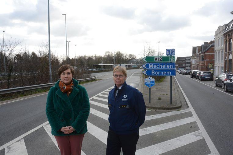 Schepen Lieve Truyman en commissaris Katty De Bruyn op de plek waar de oprit wordt afgesloten met een slagboom.
