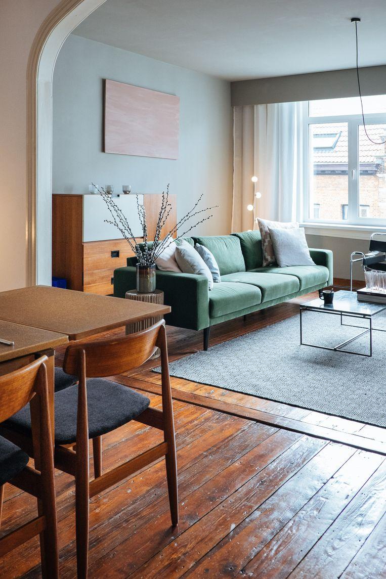 Margot verfde het salon muisgrijs, een kleur die ze opmerkte in brouwerij De Koninck. Voor  de meubels koos ze voor roze en groen. De fluwelen bank komt van Maisons du Monde.  Beeld Karlijne Geudens