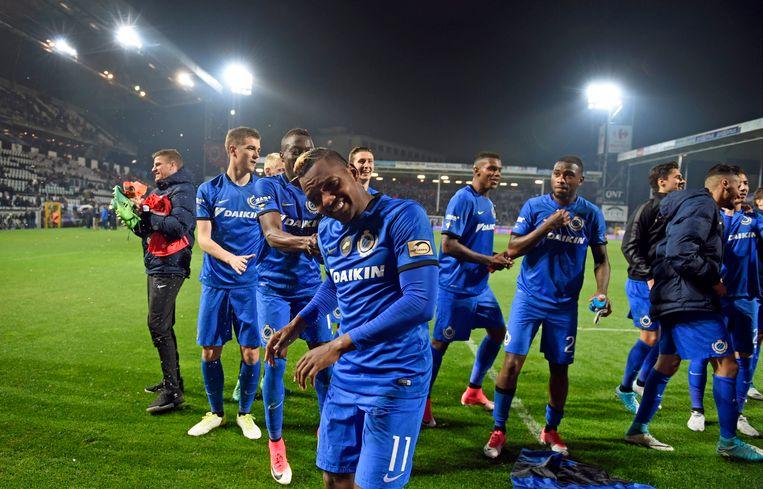 José Izquierdo leidt de festiviteiten op het veld van Charleroi.