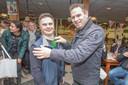 Koen Grool (links) krijgt zijn rozet van gedeputeerde Jo-Annes de Bat (rechts). Op de Promotiedag Paardensport Gehandicapten in Nieuwland was iedere deelnemer een winnaar.
