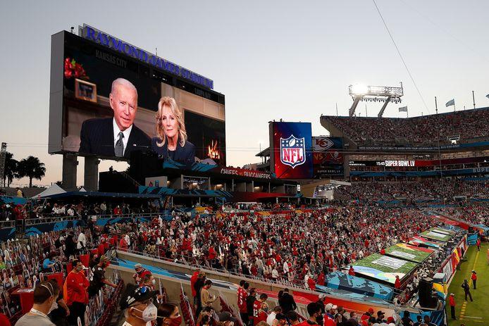 President Joe Biden en echtgenote Jill spreken het publiek toe