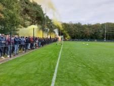 Spetterend vuurwerk supporters Vitesse bij uitzwaaitraining voor derby