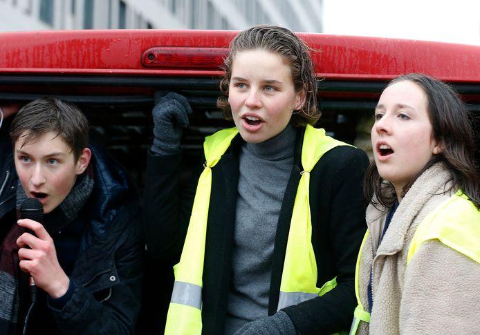 Bezielster Anuna De Wever (midden) tijdens de klimaatmars van vorige week. Zo'n 12.500 spijbelende jongeren namen toen deel.