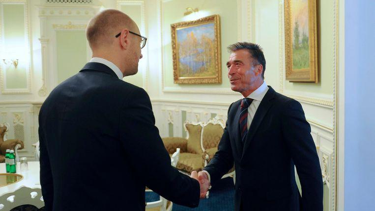 NAVO-chef Anders Fogh Rasmussen ontmoet de Oekraïense premier Arseni Jatsenjoek. Beeld REUTERS