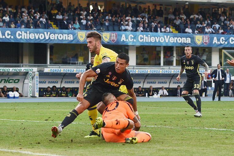 Cristiano Ronaldo botst tegen Stefano Sorrentino. Beeld Photo News