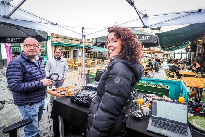 Sven en Anke, met ook Peter Van Laet van Mama's Jasje, op de Eiermarkt in Brugge.