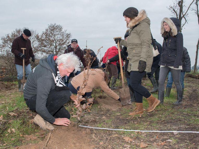 Ook Rick de Leeuw, peter van de actie, kwam een boompje planten.