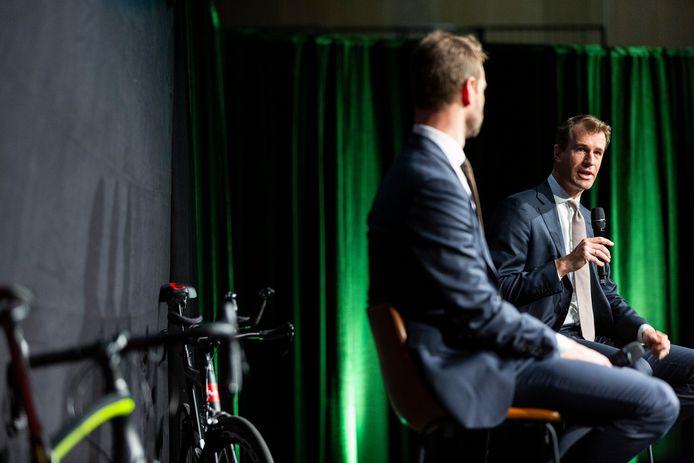 De sportwethouders van Den Haag en Rotterdam tijdens een persconferentie. Ze doen samen een gooi naar de Grand Départ (2024 of 2025) van de allergrootste wielerwedstrijd ter wereld, de Tour de France.