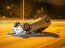 Aanhanger verliest auto en veroorzaakt flink ongeluk bij knooppunt Beekbergen