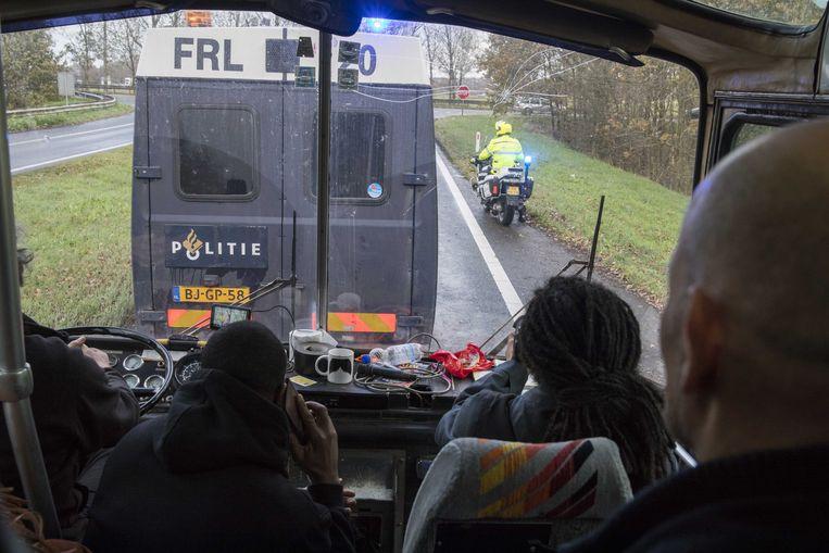 18 november 2017: Twee bussen van de actiegroep Stop Blackface die begeleid worden door politievoertuigen, worden door tegendemonstranten tegengehouden op de snelweg A7 bij Joure (Friesland).