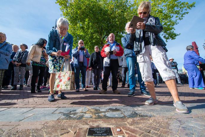 Apeldoorn, De Stichting Gedenkstenen Apeldoorn legt zondag bij zeven adressen in Apeldoorn gedenkstenen ter nagedachtenis aan Joden die tijdens de Holocaust zijn weggevoerd. © Maarten Sprangh
