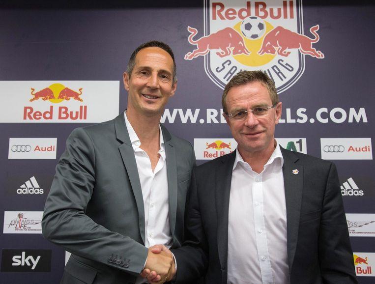 De nieuwe coach van Red Bull Salzburg schudt de hand van sportief directeur Ralf Rangnick. Beeld EPA