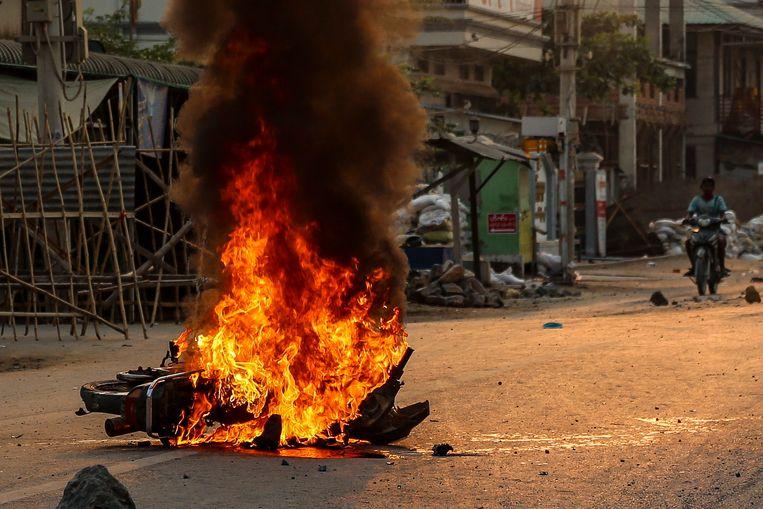 Een brandende politiemotor na de protesten van dinsdag. Beeld EPA