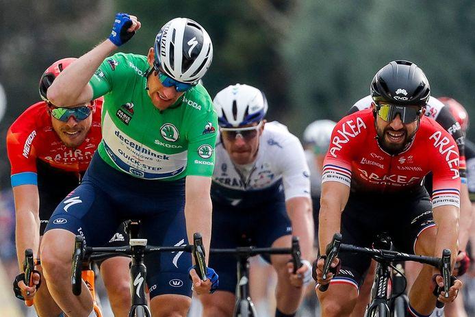 Sam Bennett (links) verslaat Nacer Bouhanni tijdens de vijfde etappe van Parijs-Nice. In de Scheldeprijs, met de start in Terneuzen, treffen ze elkaar wederom.