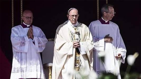 Paus Franciscus heeft Moeder Teresa tijdens een misviering op het Sint-Pietersplein heilig verklaard.