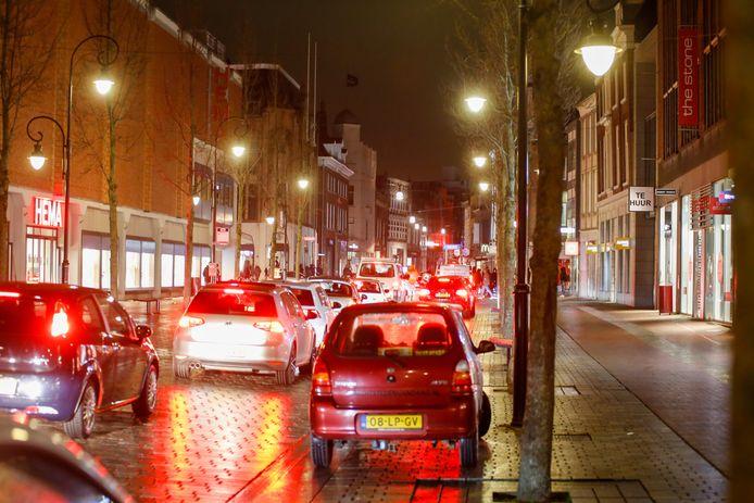 Maandagavond 20.30: veel autoverkeer op het Bagijnhof in Dordrecht.