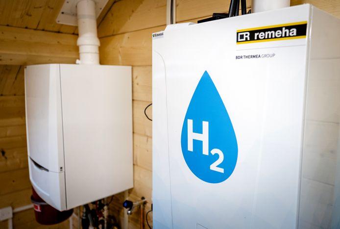 Een oude CV-ketel en een waterstofketel in het Hydrogen Experience Centre.