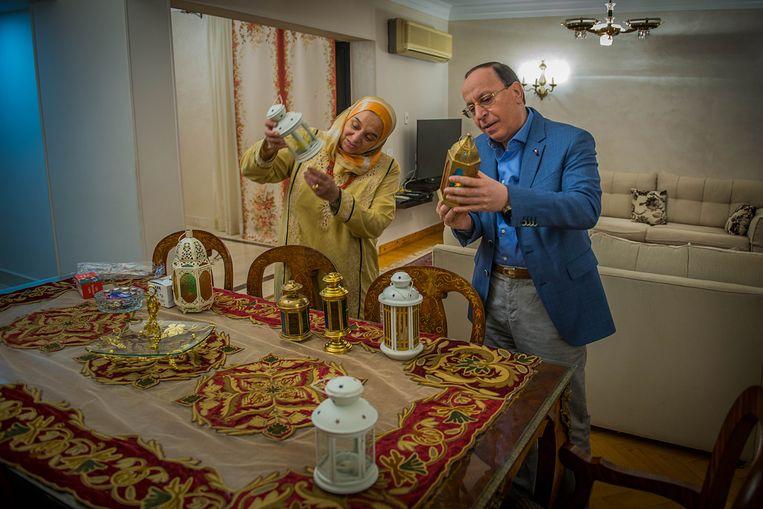 Khaled Elrouby en zijn vrouw Samaa El-Dib, de ouders van dochter Salma die in Nederland woont, controleren de fanous, de ramadanlamp die tijdens de vasten hun balkon versiert. Beeld René Clement