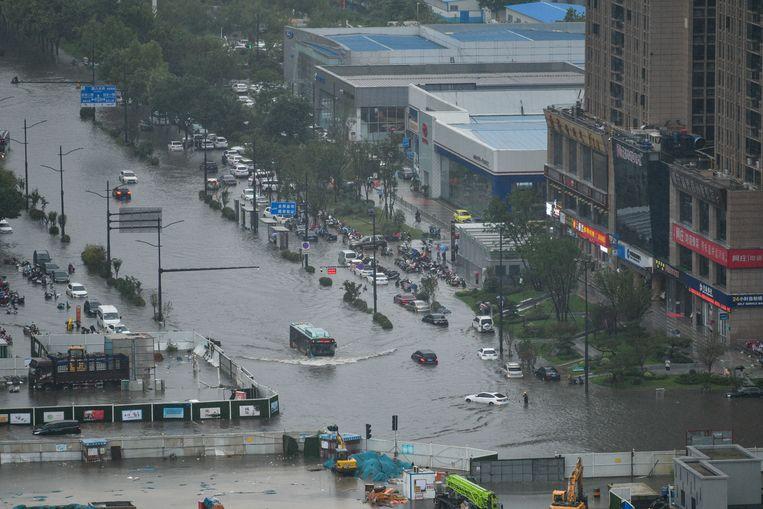 Veel straten in Zhengzhou stonden onder water. Beeld Reporters / Splash