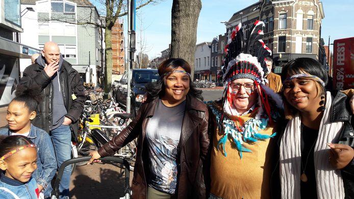 Deze Surinaamse dames deden graag een Indianenlint in hun haar. In het midden Bert Felling. Links een lid van Nijmegen Rechtsaf.