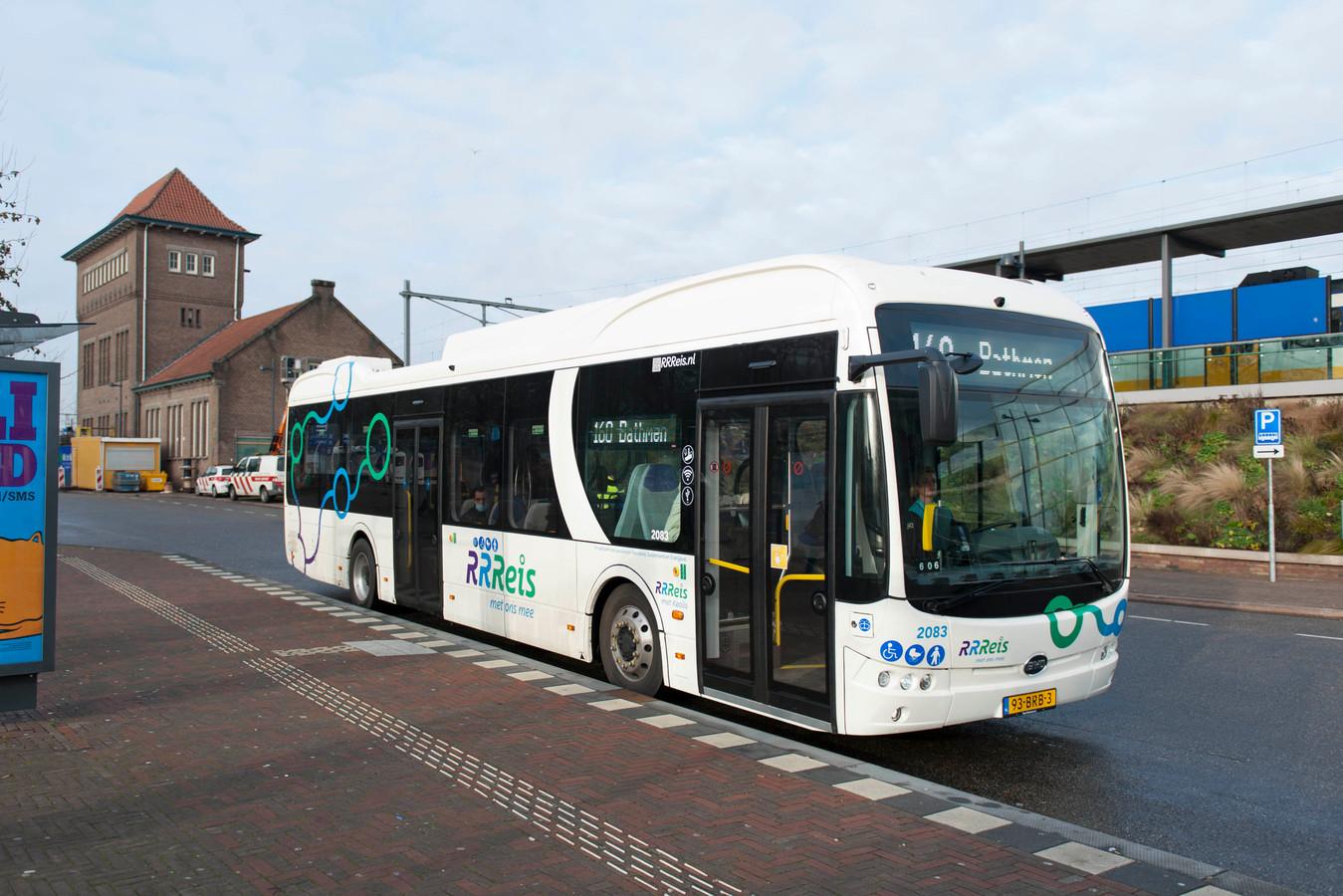 Sinds de elektrische bussen van Keolis rondrijden - zoals hier op station Deventer - kampen ze niet alleen met uit met accuproblemen maar ook met uitvallende verwarming of een defecten aan de in- en uitcheckapparatuur.