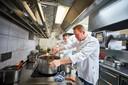 Erik van Loo in de keuken van sterrenrestaurant Parkheuvel.