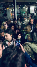Goed 400 fans staan Kanye West op te wachten wanneer hij Olive verlaat.