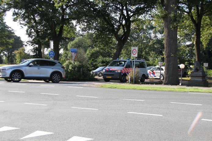 De verdachten werden aangehouden in het buitengebied van Holten. De auto is vervolgens op een parkeerplaats aan de Deventerweg gezet, waar de politie verder onderzoek heeft gedaan.