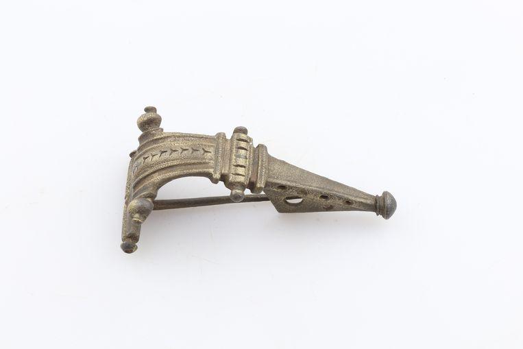 Een bronzen kledingspeld, één van de objecten die aan de Kuinderboslaan in Leidscherijn uit de grond werden gehaald. Beeld Erfgoed gemeente Utrecht