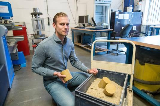 Managing director Pascal de la Roij in het lab van PowerCem Technologies.