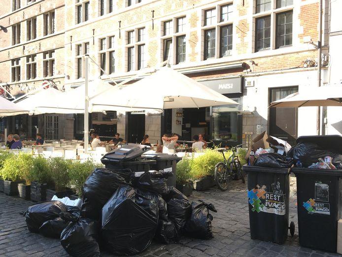 Op het terras van restaurant Godot aan de Hooiaard krijg je de geur van afval er gratis bij.