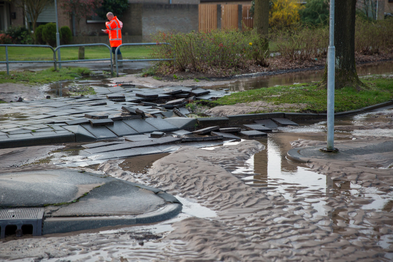 Door het vele water zijn delen van de weg verzakt.