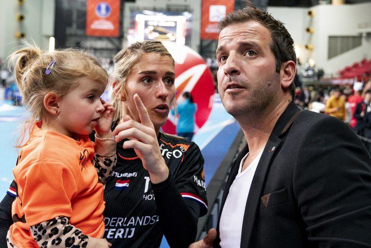 Estavana Polman met dochter Jesslynn en partner Rafael van der Vaart na de wedstrijd tegen Zuid-Korea op het WK handbal in 2019.  Beeld ANP